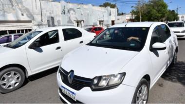 los taxistas se estacionaron frente al Concejo Deliberante para pedir que se trate el aumento en el servicio.