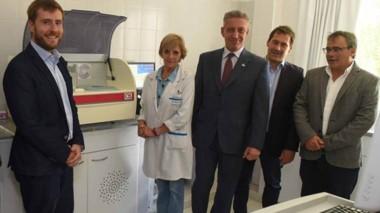 La entrega de un Autoanalizador de sangre donado por YPF para equipar el Hospital Alvear de Comodoro.
