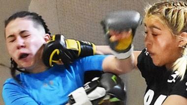 Las mujeres fueron protagonistas en la tarde de deportes de contacto en el gimnasio número 1 de Trelew.  En escena uno de los combates.