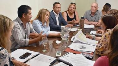 Cifras. Castillo les explicó el presupuesto para su área de ayuda social a los concejales de Trelew.