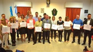 Juntos. Una postal de todos los proclamados con sus diplomas durante el emocionante acto en Gaiman.