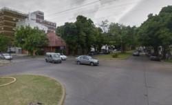 Un motociclista huyó tras atropellar a un niño en la madrugada platense.