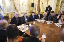 Además del ministro Arroyo, Estela de Carlotto, Pérez Esquivel y Tinelli, el escritor Martín Caparrós participó hoy de la reunión Escribió un libro sobre el hambre hace tiempo y el presidente AF lo co