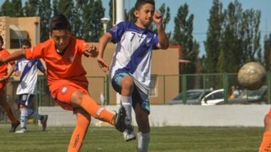 El jugador de Moreno anota en la goleada ante Brown por 11-0 en 2007.