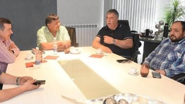 """Frente Sindical. Jorge """"Loma"""" Ávila, Héctor González, Walter Rey y Matías Silva reunidos en Comodoro Rivadavia."""