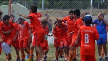 """Los jugadores de JJ Moreno festejan el  campeonato. El conjunto del """"Golfo"""" dio la vuelta olimpica en  varias divisiones del torneo Patagónico de Baby."""