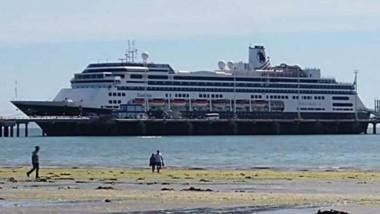 """Postal en Madryn. El buque Zaadam con 1.392 pasajeros y 586 tripulantes amarró en el Muelle """"Comandante Luis Piedrabuena""""."""
