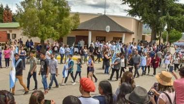 Desfile. La comunidad de El Maitén se encontró en un domingo para festejar con todo el aniversario Nº 77.