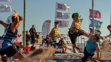 El beach handball es uno de los deportes que prevalece en el verano.