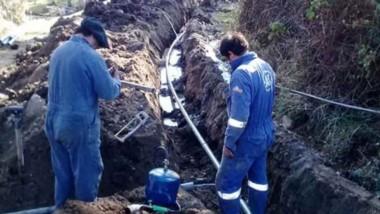 A destajo. Personal municipal dedicado de lleno a reponer el agua pota