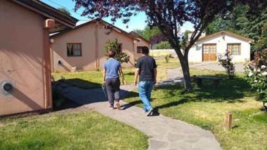 Inspección. Los funcionarios recorrieron los alojamientos de la tercera edad para intentar mejorarlos.
