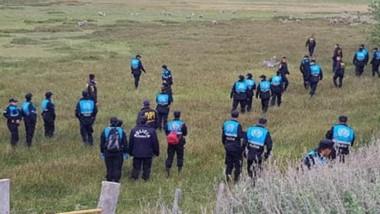 Efectivos de la Brigada de Investigaciones de Esquel y flamantes agentes de Policía en el rastrillaje de ayer.