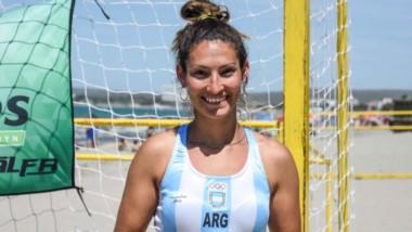 """La madrynense Tamara Quiroga, con la camiseta de la Selección Argentina femenina de beach handball, más conocidas como """"Las Kamikazes""""."""