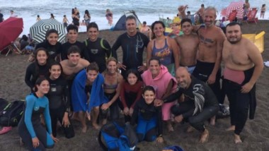 Varios de los participantes que tendrá el campeonato, estuvieron en estos días nadando en Playa Unión.