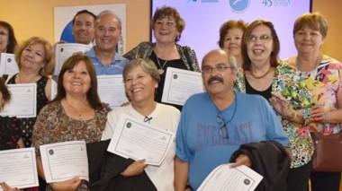 Los talleristas con sus certificados de finalización del ciclo 2019.