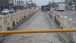 La postal de la mañana fue la acumulación de agua en las calles de la ciudad petrolera (foto @ornellavezzosso)