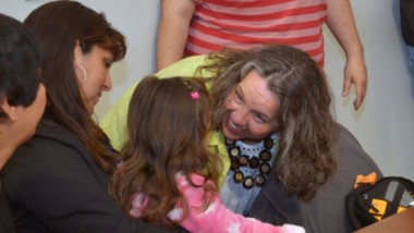 """Ministra de la Familia y Promoción Social del Chubut, Valeria Saunders en la presentación del programa """"RaícES""""."""