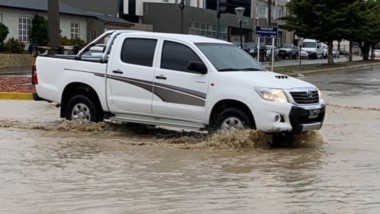 La misma historia. Una de las tantas esquinas inundadas en la ciudad petrolera, donde no hubo mejoras.