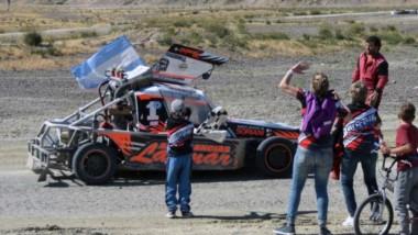 Darío Taurelli, da la vuelta de reconocimineto ante el público presente en el  Automoto Club de Puerto Madryn. Los 4 Cilindros Potenciados tienen a un nuevo campeón trelewense.