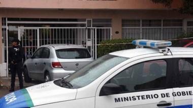 Personal policial madrynense en la casa de la calle Albarracín. Allí fue encontrada la octogenaria sin vida.