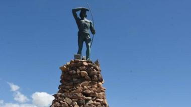El monumento a los galeses fue inaugurado por el presidente Illia y en la base del monumento al Indio están los discursos de 1965.
