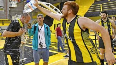 """Tomás Riera le arroja agua al """"Pájaro"""" Marina, entrenador que llevó a Madryn a recuperar la hegemonía."""