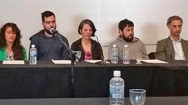 Imputados. Desde la izquierda, las seis personas bajo investigación junto con sus abogados defensores, ayer en la Oficina Judicial de Rawson.
