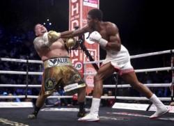 El mexicano visiblemente pesado no se movió durante la pelea y el inglés recorrió el ring con gran movilidad y condición física para conectarlo.