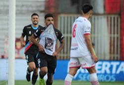 Kaprof festeja su quinto gol en el torneo. Por origen, material y rendimiento, es un campañón del equipo de Rondina.