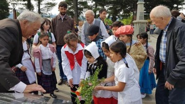 Durante la conmemoración colocaron ofrendas florales en el monumento alusivo al centenario.