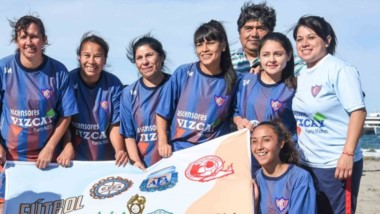 el equipo femenino de Alianza, luego de consagrarse campeonas, al  vencer a Tricolor por 4-2 en la final.