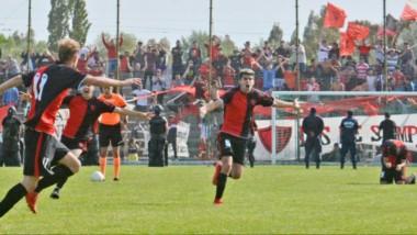 Mariano Fernández, de espaldas, acaba de convertir elpenal del campeonato. Nehuén Pereyra va a saludarlo.