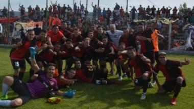 Mariano Fernández llora abrazado al trofeo. Krebs comparte el festejo.