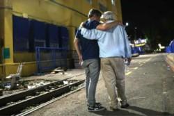 Jorge Amor Ameal y Mario Pergolini caminan abrazados junto a las vías del ferrocarril.Jorge Amor Ameal y Mario Pergolini caminan abrazados junto a las vías del ferrocarril.