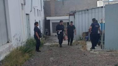 La Policía buscó indicios en el sector por el que entraron los delincuentes durante el fin de semana.