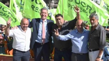 Respaldo electoral. Los hermanos Sastre, el gobernador y el líder del gremio de la Construcción durante el acto que compartieron en el día de ayer en la localidad de Puerto Madryn.
