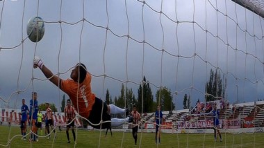 Luis Bastida cabecea el balón a la red y logra el empate parcial para la