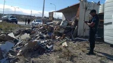 El camión quedó volcado sobre la banquina y su conductor no sufrió lesiones. Allí trabajó Criminalística.