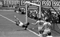 Es recordado por una atajada casi imposible a un cabezazo de Pelé en el mundial de México 70.