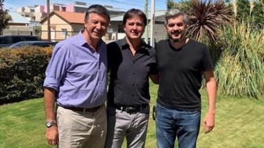 Marcos Peña junto a Luis Juncos y Gustavo Menna. Felices los tres.