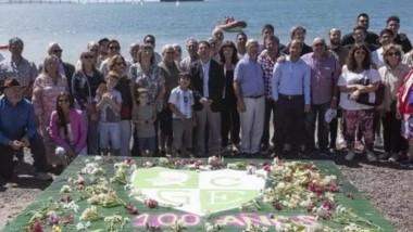 En la costa, Gimnasia homenajeó a los integrantes del Verde que hoy no están físicamente, con una balsa de flores y las palabras del cura Oscar.