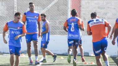 """El plantel de J.J. Moreno se entrenó ayer en la cancha de Alianza Fontana Oeste.  Allí, el """"Naranja"""" ganó los 18 partidos afistas que disputó."""