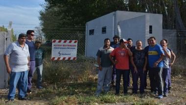 Ayer un grupo de trabajadores de la textil Sedamil cuestodiando el acceso al medidor de la luz.