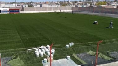 La última fase de la obra comenzó ayer, con la instalación de la superficie de césped artificial.