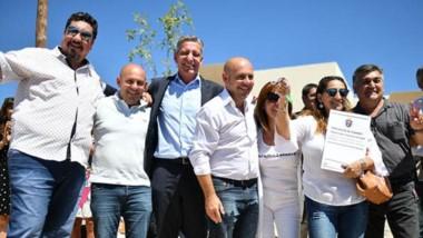 El gobernador y el intendente de Madryn junto a los adjudicatarios de las viviendas.