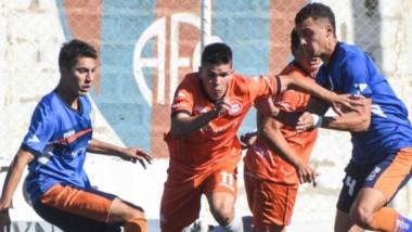 Brian Garino intenta avanzar con el balón pese a la marca de dos futbolistas rivales. J.J. Moreno volvió a ganar en condición de local.