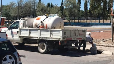 El camión que tiraba los líquidos fue visto y fotografiado por los vecinos que denunciaron el caso.