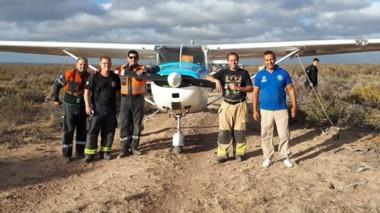 Defensa Civil, Bomberos, Policía y personal de la ANAC, junto a los afortunados aventureros del aire, a instantes de producido el rescate.