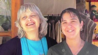 Debie Olivet y Gloria Navarro esperan a los turistas en Hebras Nativas.