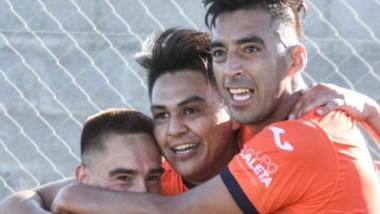 Rodrigo Linares (medio) recibe los abrazos de sus compañeros. El centrodelantero de Moreno marcó ayer un doblete en el triunfo de su equipo.
